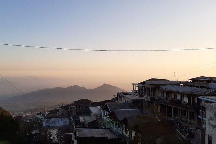 Keindahan Dusun Butuh, Desa Temanggung, Kecamatan Kaliangkrik, Kabupaten Magelang yang kerap disandingkan dengan indahnya Nepal dan deretan pegunungan Himalayanya. Foto diambil pada bulan November 2019