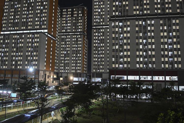 Seorang tenaga kesehatan berjalan di selasar Rumah Sakit Darurat COVID-19 (RSDC) Wisma Atlet Kemayoran, Jakarta, Selasa (15/6/2021). Menurut Koordinator RSDC Wisma Atlet Kemayoran Mayjen TNI Tugas Ratmono, pihaknya menambah jumlah kapasitas tempat tidur menjadi 7.394 dari 5.994 akibat tingginya penularan COVID-19 di wilayah DKI Jakarta dan sekitarnya. ANTARA FOTO/M Risyal Hidayat/nz