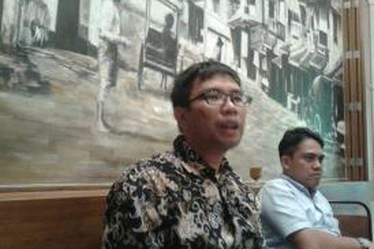 Direktur Eksekutif Institute for Criminal Justice Reform (ICJR) Supriyadi Widodo Eddyono (kanan) dan Program Officer Monitor dan Advokasi Lembaga Studi dan Advokasi Masyarakat (Elsam) Wahyudi Djafar yang juga tergabung dalam Aliansi Nasional Reformasi KUHP dalam acara diskusi yang diselenggarakan di Jakarta, kAMIS (17/9/2015)