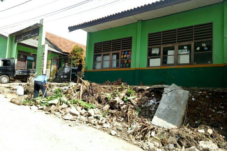 Pagar Sekolah Dasar (SD) Parakan yang berlokasi di kawasan Parakan, Benda Barat, Pamulang Tangerang Selatan, Jumat (21/2/2020) pagi ambruk.