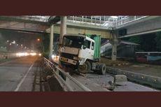 Diduga Sopir Mengantuk, Tronton Tabrak Separator Transjakarta di Grogol