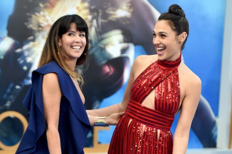 Sutradara Patty Jenkins (kiri) dan aktris Gal Gadot menghadiri pemutaran perdana film produksi Warner Bros, Wonder Woman, di Pantages Theatre, Hollywood, California, pada 25 Mei 2017.