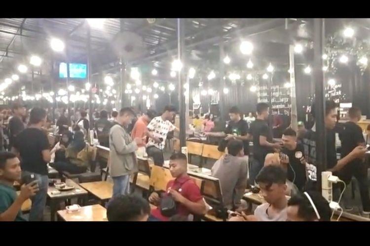 Potongan video viral pembubaran kafe tempat nongkrong para pemuda di Surabaya.