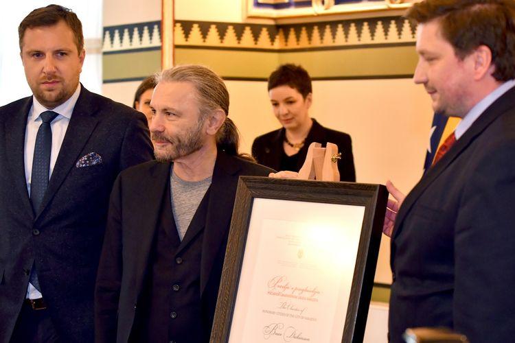 Vokalis band heavy metal Iron Maiden, Bruce Dickinson (tengah) dianugerahi gelar Warga Kehormatan Sarajevo di Sarajevo, Bosnia-Herzegovina, Sabtu (6/4/2019).