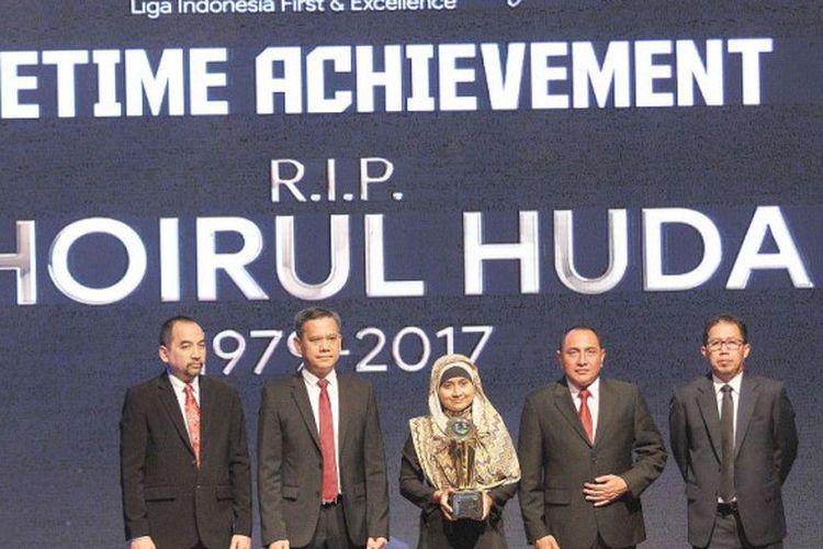 Pemberian penghargaan Lifetime Achievement untuk almarhum Choirul Huda pada malam penghargaan Liga 1 musim 2017 di Hotel Mulia, Senayan, Jumat (22/12/2017).