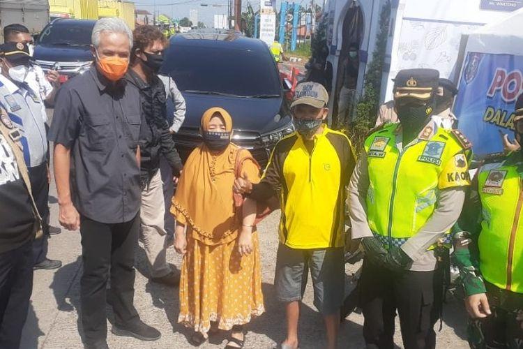 Gubernur Jateng Ganjar Pranowo bersama Forkompinda Kota Tegal saat pengecekan pos penyekatan di depan pintu masuk Terminal Bus Kota Tegal, Minggu (9/5/2021)