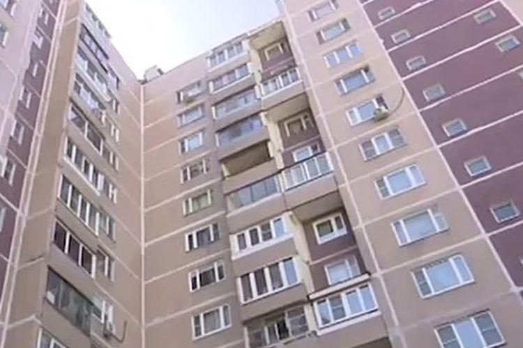 Bayi 1 tahun memanjat keluar dari jendela apartemen lantai 14. [Via Daily Mail]