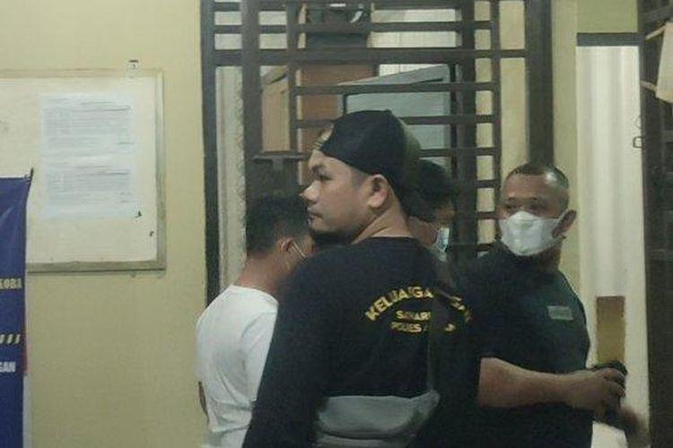 Anggota DPRD Labura digiring menuju sel tahanan narkoba Polres Asahan usai diperiksa penyidik, Sabtu(7/8/2021).