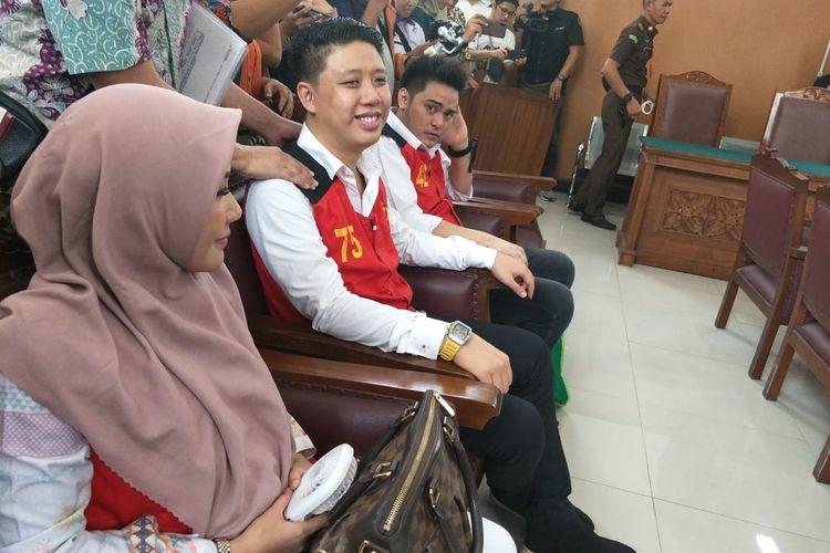 Tiga terdakwa kasus video ikan asin Galih Ginanjar, Pablo Benua, dan Rey Utami di Pengadilan Negeri Jakarta Selatan, Senin (9/12/2019).
