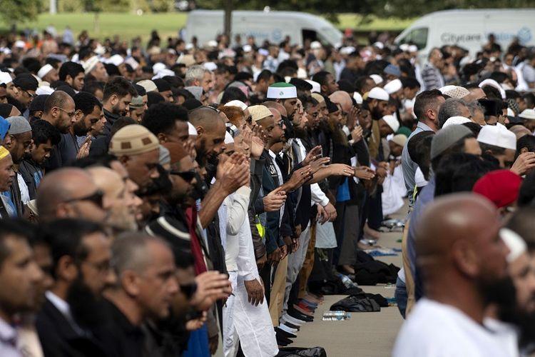 Umat Muslim Selandia Baru melaksanakan ibadah shalat Jumat di masjid Al Noor, salah satu lokasi yang menjadi korban serangan teroris di kota Christchurch, Jumat (22/3/2019).