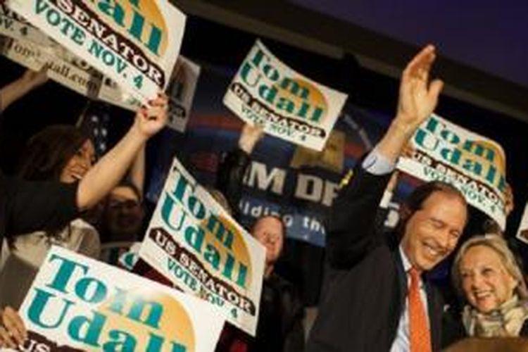 Senator AS, Tom Udall (kanan), merayakan kemenangan setelah dipastikan terpilih kembali dalam pemilu Senat AS di Albuquerque, Negara Bagian New Mexico (4/11/2014).
