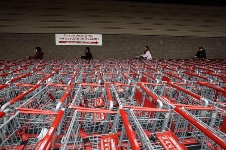 Pelanggan menjaga jarak aman saat mengantre berbelanja di supermarket di Novato, California, Amerika Serikat, 14 Maret 2020. Menjaga jarak aman antar warga merupakan salah satu cara yang dianjurkan untuk mencegah penyebaran virus corona.