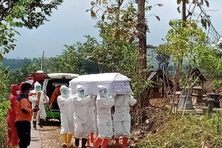 Nampak tim Satgas Covid-19 Kabupaten Wonogiri memakamkan jenazah pemudik berinisial S, warga Jatisrono yang meninggal positif corona.
