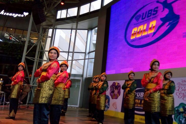 Peserta UBS Gold Dance Competition dari SMA Negeri 43 Jakarta Selatan menarikan Tari Saman dari Aceh. Foto diambil pada Rabu (11/9/2019).
