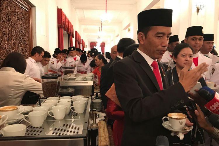 Presiden Joko Widodo saat mencoba kopi khas Bali, Mengani Kopi, di Istana Negara, Jakarta, Selasa (15/8/2017).