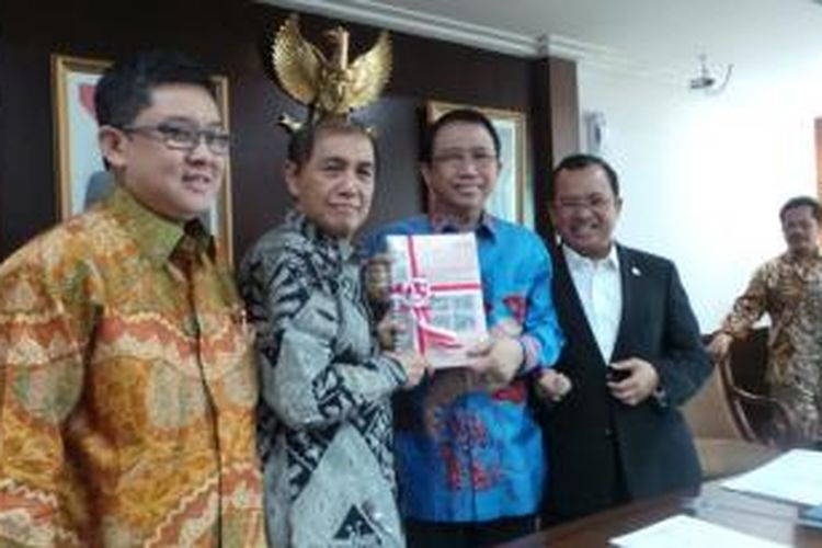 Ketua BPK Hadi Poernomo bersama anggota BPK Ali Masykur Musa memberikan hasil audit tahap II Proyek Hambalang kepada Pimpinan DPR, yang diterima Ketua DPR Marzuki Alie, di Gedung DPR, Jakarta, Jumat (23/8/2013).