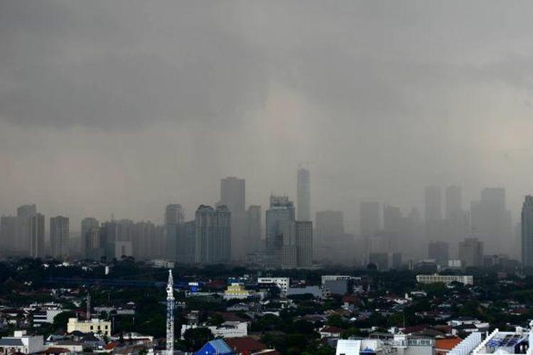 Waspadai Musim Hujan - Deretan gedung-gedung pencakar langit terlihat samar bersamaan turunnya hujan deras di  Jakarta, Senin (8/12). Badan Meteorologi, Klimatologi, dan Geofisika, memperkirakan curah hujan di Indonesia meningkat selama Desember-Januari seiring menguatnya angin monsun dari Asia yang banyak membawa massa uap air. Kondisi ini harus diwaspadai karena rawan menimbulkan bencana seperti angin puting beliung, banjir, dan tanah longsor.  Kompas/Iwan Setiyawan (SET) 08-12-2014