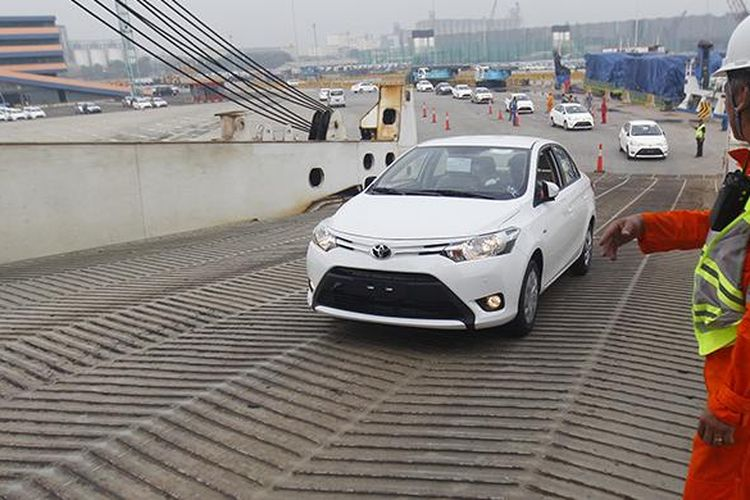 Chief Officer MV Prometheus Leader M Edwin Kabalican mengawasi proses muat mobil Yaris Sedan produksi PT Toyota Motor Manufacturing Indonesia, di dermaga Car Terminal,  Tanjung Priok, Jakarta, Rabu (10/6/2015). Mobil-mobil ini akan diekspor ke sejumlah negara, antara lain di Timur Tengah.