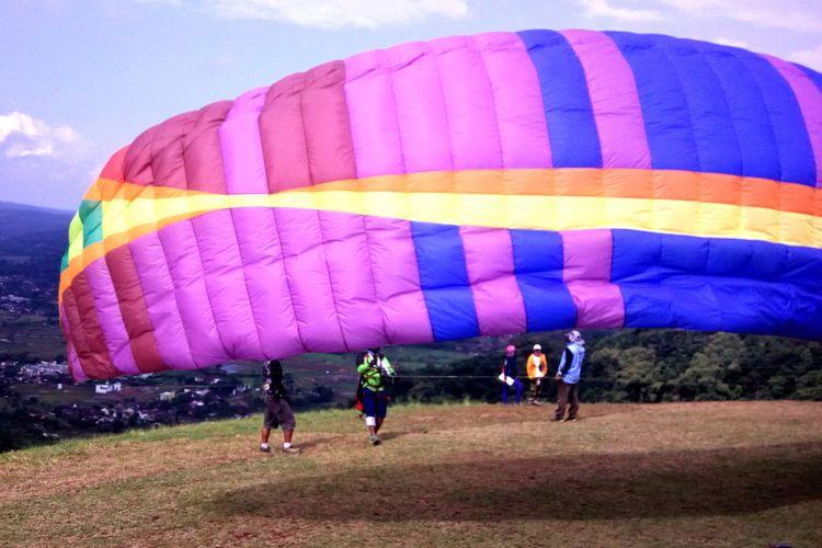 Atlet Paralayang saat PON 2018 di Kampung Toga, Sumedang Selatan, Sumedang, Jawa Barat, Rabu (19/6/2019). AAM AMINULLAH/KOMPAS.com