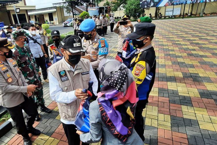 Plt Wali Kota Tasikmalaya bersama Kapolresta dan Dandim 0612/Tasikmalaya memberikan bantuan paket sembako lanjutan secara simbolis ke warga isoman dan terdampak PPKM di wilayah Kota Tasikmalaya, Jumat (23/7/2021).
