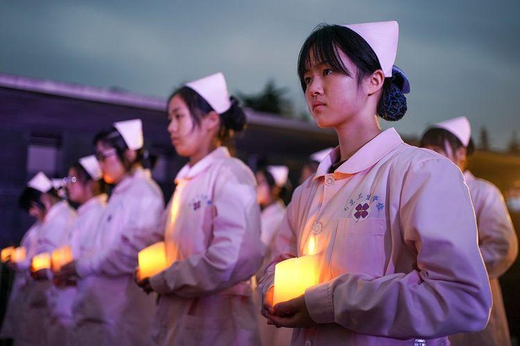 NANJING, 13 Desember, 2020 (Xinhua) -- Sejumlah orang ambil bagian dalam acara penyalaan lilin untuk mengenang para korban Pembantaian Nanjing di hari peringatan nasional ketujuh di Balai Peringatan Korban Pembantaian Nanjing oleh Tentara Jepang di Nanjing, ibu kota Provinsi Jiangsu, China timur, pada 13 Desember 2020.
