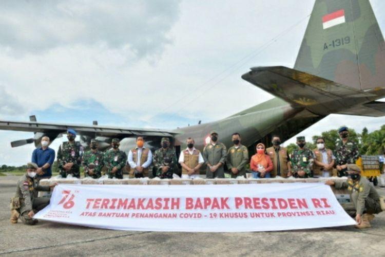 Gubernur Riau Syamsuar bersama jajaran Lanud Roesmin Nurjadin Pekanbaru saat menerima bantuan dari Presiden Jokowi berupa oksigen konsentrator dan paket obat-obatan, Minggu (15/8/2021).