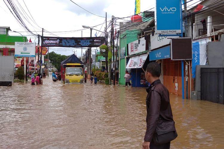 Suasana banjir di wilayah Bintara, Bekasi Barat tepatnya di depan Kantor Camat Bekasi Barat, sepanjang 600 meter, Selasa (25/2/2020).