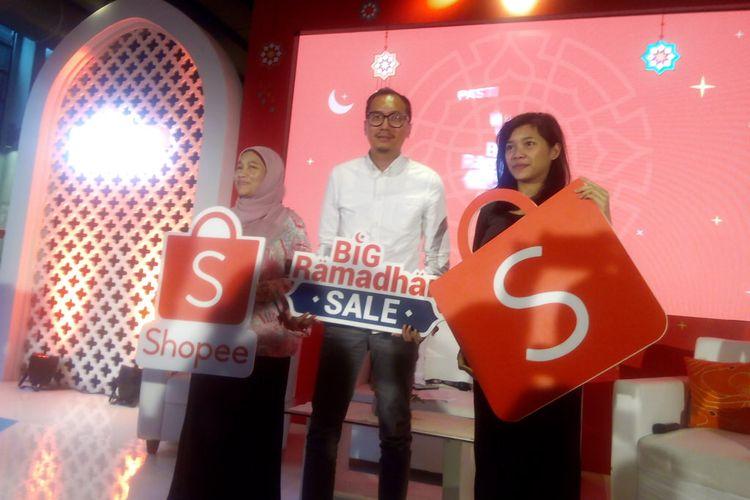 Country Brand Manager Shopee Indonesia, Rezki Yanuar (tengah) meluncurkan program Big Ramadan Sale usai konferensi pers di Jakarta, Selasa (23/4/2019).