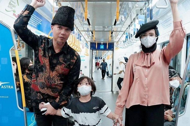 Mulan Jameela dan Ahmad Dhani bersama putra bungsu mereka saat menjajal MRT Jakarta.