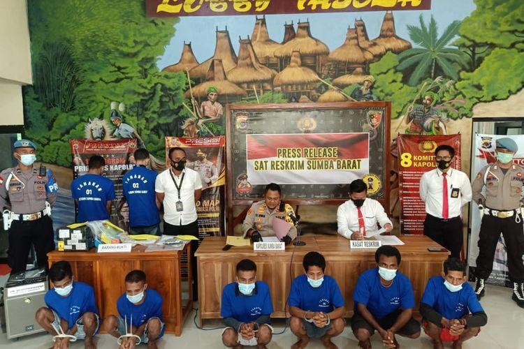 Kapolres Sumba Barat AKBP FX Irwan Arianto (duduk bagian kiri) sedang menggelar konferensi pers terkait sejumlah kasus di wilayah hukum Polres Sumba Barat, Minggu (28/2/2021).