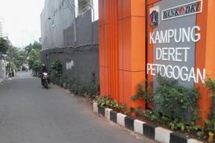 Pintu gerbang Kampung Deret Petogogan, Jakarta Selatan.
