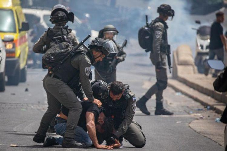 Aparat kepolisian Israel menahan seorang pengunjuk rasa Palestina di dekat kompleks Masjid Al-Aqsa di Yerusalem pada  Senin (10/5/2021).