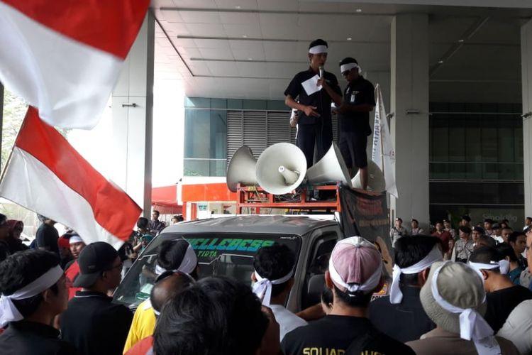 Pengemudi transportasi online yang tergabung di bawah komunitas Gerakan Hantam Aplikasi Nakal (Gerhana) menggelar aksi unjuk rasa di kantor Go-Jek di Pasaraya Blok M, Jakarta Selatan, Rabu (12/9/2018).