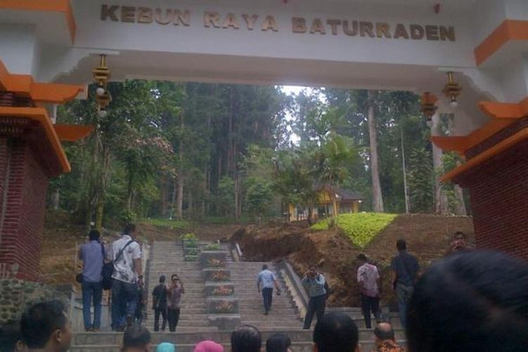 Gerbang utama Kebun Raya Baturaden, Kabupaten Banyumas