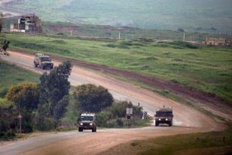 Sejumlah kendaraan militer Israel melakukan patroli rutin di perbatasan dengan Jalur Gaza, Kamis (13/4/2014).