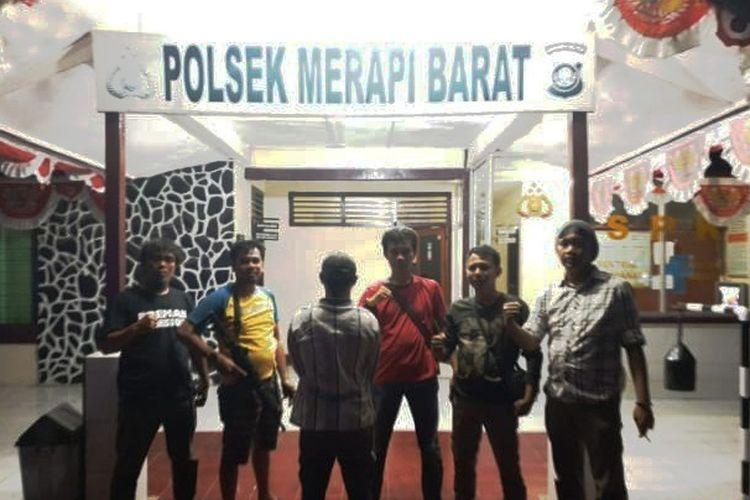 BS (25) pelaku penusukan pengawas SPBU Terminal Menggala (membelakangi kamera) ditangkap polisi. BS menusuk korban karena marah tidak diberi bensin secara gratis. (Foto: Humas Polres Tulang Bawang)