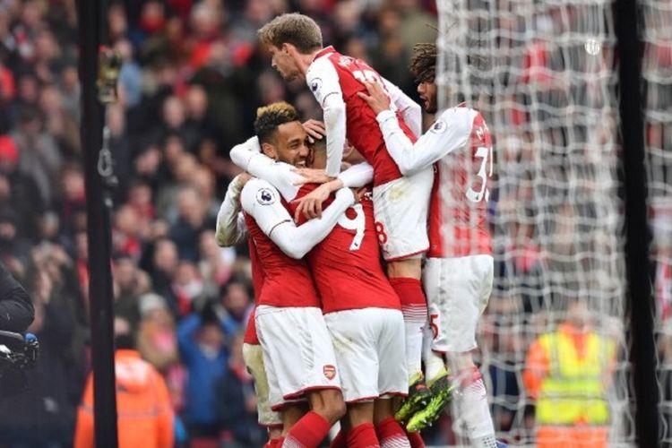 Para pemain Arsenal merayakan gol Pierre-Emerick Aubameyang ke gawang Stoke City pada pertandingan Premier League di Stadion Emirates, Minggu (1/4/2018).