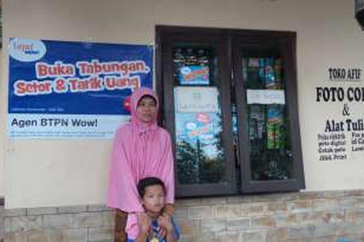 Mimin Ratmini, salah satu agen laku pandai Bank BTPN di Plumbon, Cirebon, Sabtu (13/2/2016).