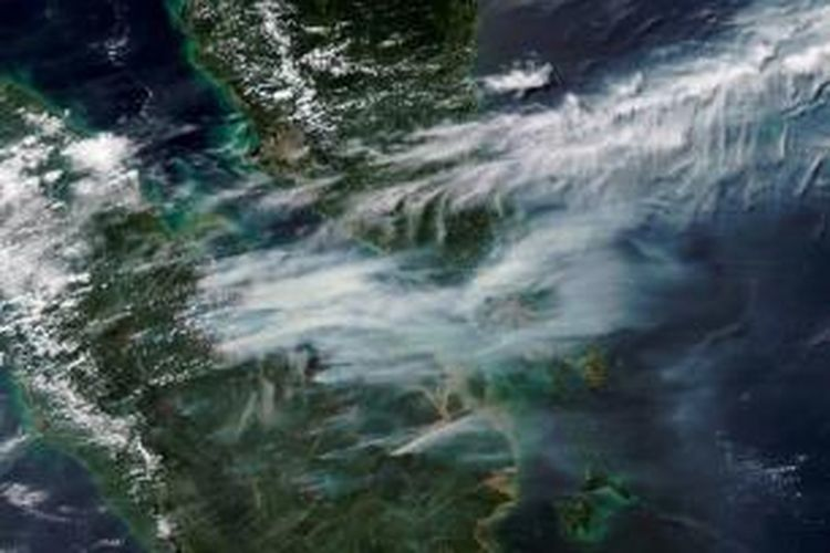 Citra satelit Terra dan Aqua milik NASA, 19 Juni 2013, menunjukkan titik kebakaran (tanda merah) dan asapnya yang ditiup angin menuju Malaysia dan Singapura. Presiden Susilo Bambang Yudhoyono, atas nama Pemerintah Indonesia, meminta maaf kepada negara-negara yang terkena imbas atas asap Riau.