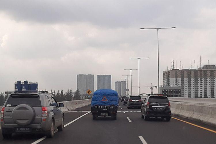 Lalu lintas di Tol Layang Jakarta-Cikampek