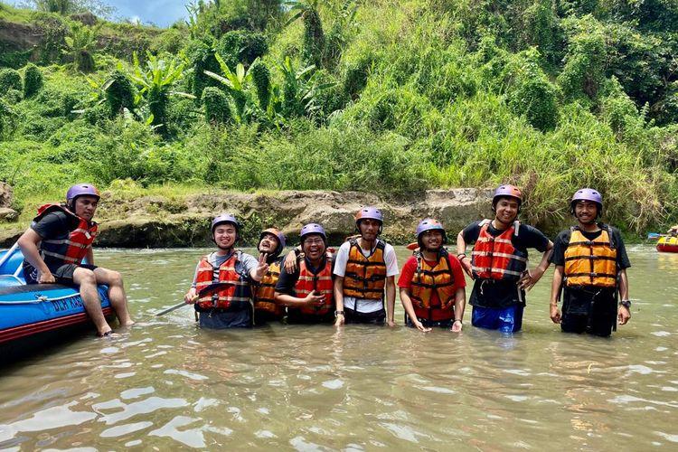 Kegiatan wisata alam rafting di Sungai Elo, Magelang, Jawa Tengah.