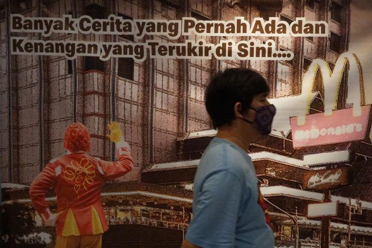 Seorang warga melintas di area McDonalds Sarinah untuk menyaksikan penutupan gerai ayam goreng cepat saji ini secara permanen, pada Minggu (10/5/2020) pukul 22.00 WIB.