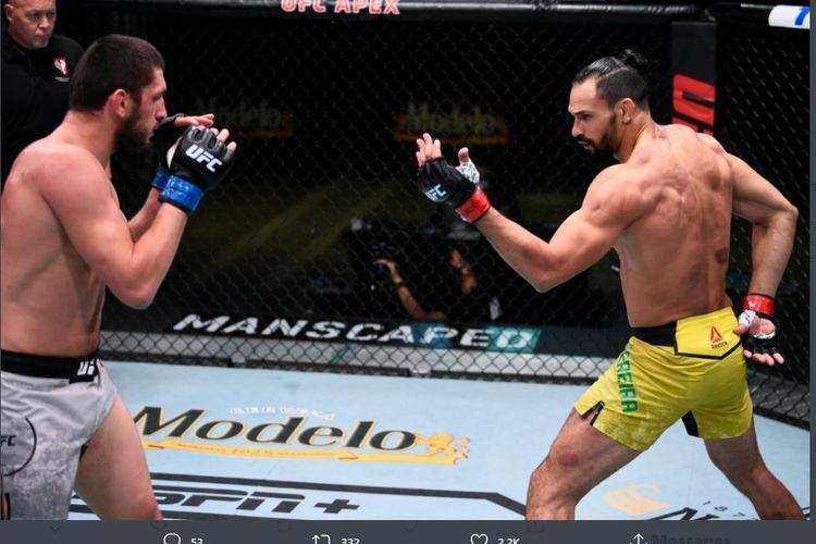 Petarung UFC asal Brasil, Michel Pereira (kanan), beraksi dalam pertarungan melawan Zelim Imadaev (kiri), 6 September 2020.