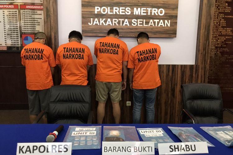 Unit Satuan Narkoba Polres Jakarta Selatan menangkap empat orang pemakai sabu-sabu berinisial S, IP, DC, dan Dsk di Cipondoh, Jakarta, pada Senin (6/7/2020) pukul 18.00 WIB.