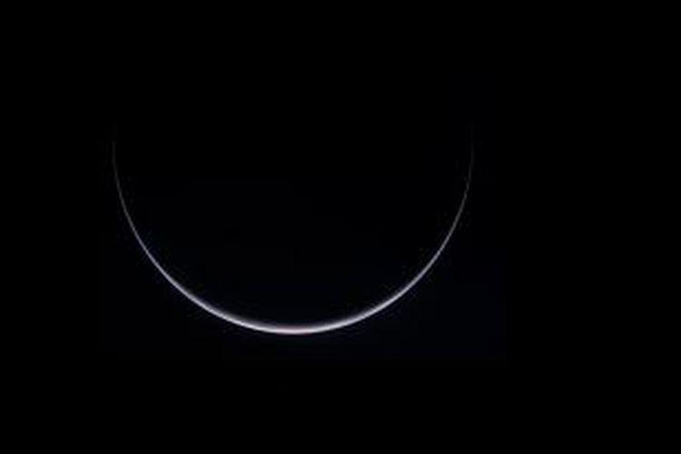 Bumi tampak berbentuk bulan sabit dalam jepretan wahana Rosetta