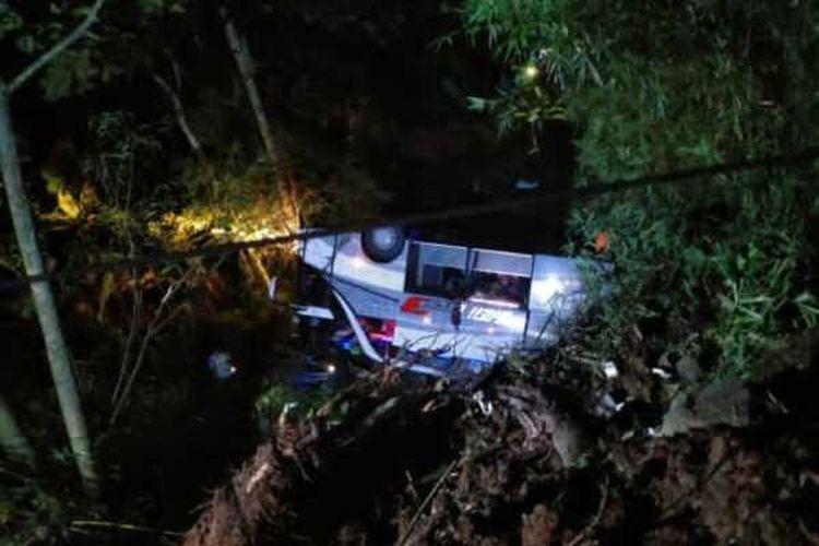 Bus peziarah asal Subang terjun ke jurang Tanjakan Cae, Wado, Sumedang, Jawa Barat, Rabu malam. Dok. Warga/KOMPAS.com