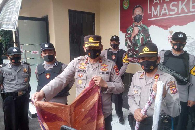 Jajaran Polsek Cianjur Kota, Jawa Barat, memerlihatkan sejumlah sarung yang dipakai remaja untuk menggelar perang sarung, salah satunya meryerupai pecut.