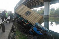 Tabrak Pembatas Jalan, Kontainer Terguling ke Kali Ancol