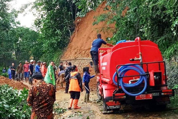 Tebing longsor di Cianjur Jawa Barat sempat menutup akses jalan di Kampung Tangkil dan mengakibatkan seorang pejalan kaki terluka akibat tertimpa pohon