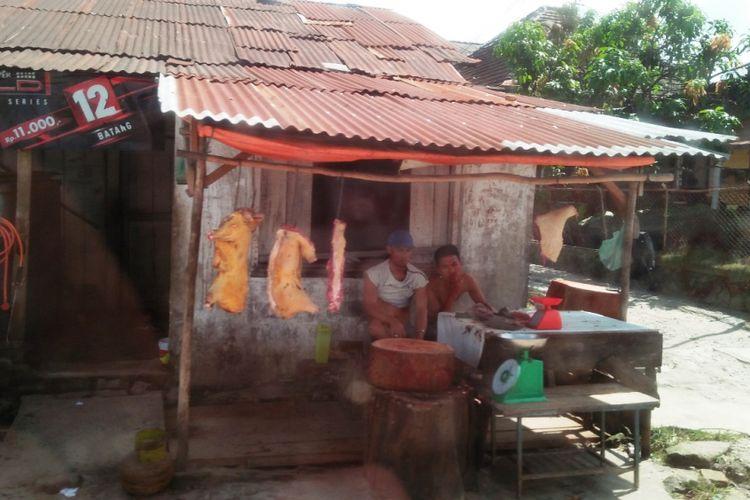 Pedagang daging babi dan anjing di Jalan DI Panjaitan, Siantar, Sumatera Utara.
